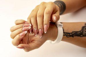 Handdesinfektion bei künstlichen Nägel und Tattoos