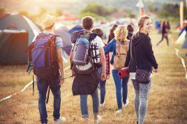 Gruppe von schönen Teenager an Sommerfestival anreisen