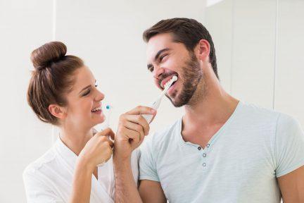 Junges paar Zähneputzen zu Hause im Badezimmer
