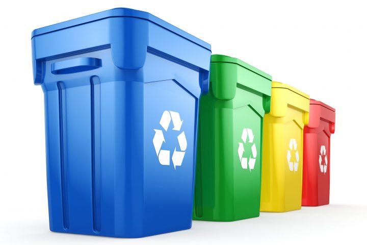 Multicolor-Recycling getrennt Bins auf weißem Hintergrund