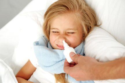 Krankheit und Kinderbetreuungskonzept, Mädchen, das im Krankenhaus liegt